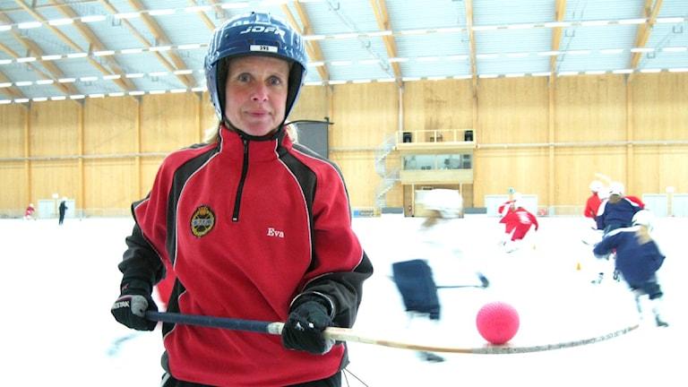Eva Palm Uhlin balanserar en bandyboll på sin klubba.
