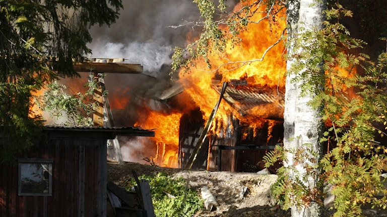 En brand startade vid lunchtid under söndagen i Storsten utanför Ornäs.