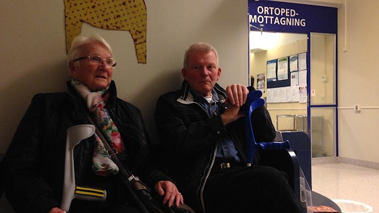 Erik Lindblom och hans fru Lisbeth Lindblom besöker båda ortopeden i Falun då och då, och efter förslagen på besparingarna oroar de sig över längre vårdköer. Foto: Linn Bäckström/Sveriges Radio.