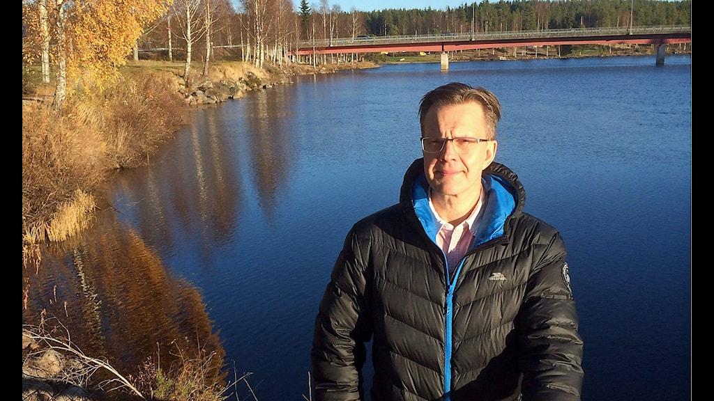 Thomas Carlsson, samhällsbyggnadschef i Vansbro kommun, står vid Vanån.