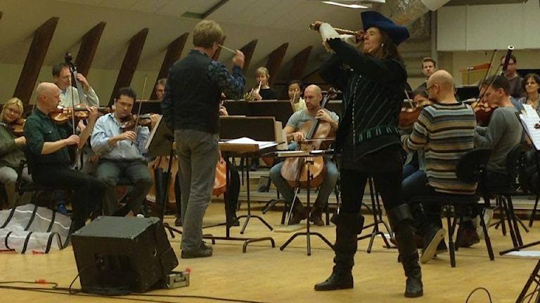 Hvudrollsinnehavaren Caroline Rendahl under repetitionerna av Sjörövar-Malin. Foto: Emma Hulander/ Sveriges Radio