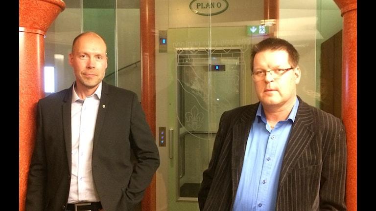Mikael Carstensen och Leif Pettersson. Förvaltningschef respektive kommunalråd i Ludvika. Foto: Stefan Ubbesen/Sveriges Radio.
