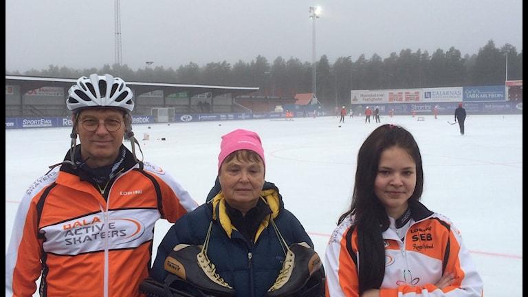 CraigThomas, Barbro Eriksson och Elin på isen. Foto: Stefan Ubbesen