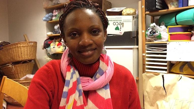 Stella Tebeweka på sin praktikplats, Röda Korsets butik i Mora. Foto: Lena-Maria Busk SR Dalarna