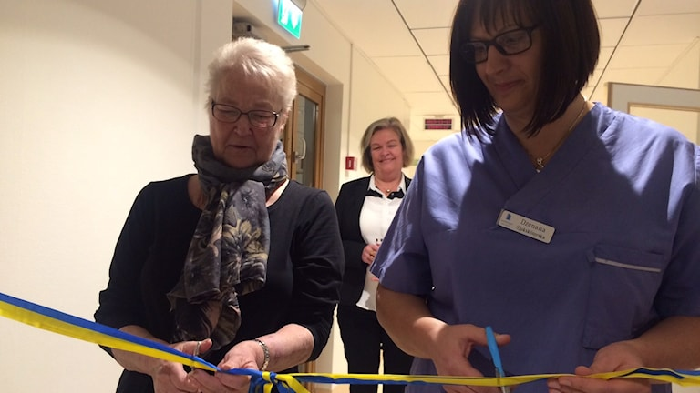 Rigmor Haglund klipper bandet vid invigningen av dialysen i Ludvika