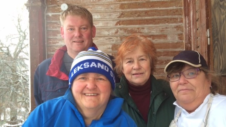 Några av de som jobbar i Grängesberg, längst bak syns Michael Henriksson och ledaren Agneta Ekstedt Frejd och frami blå mössa är Ann-Britt Hammar och Maria Takkinen. Foto: Sveriges Radio