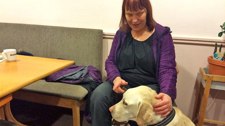 Annika Östling och ledarhunden Spike
