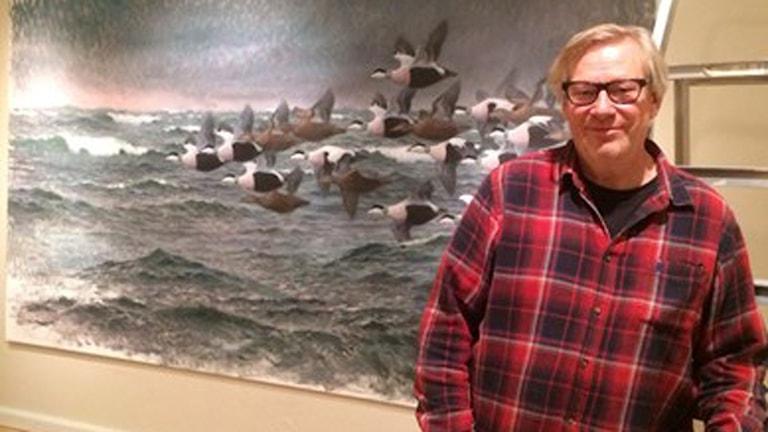 Konstnären, Lars Jonsson vid ett av sina verk som visas i Zornmuseet i vinter.