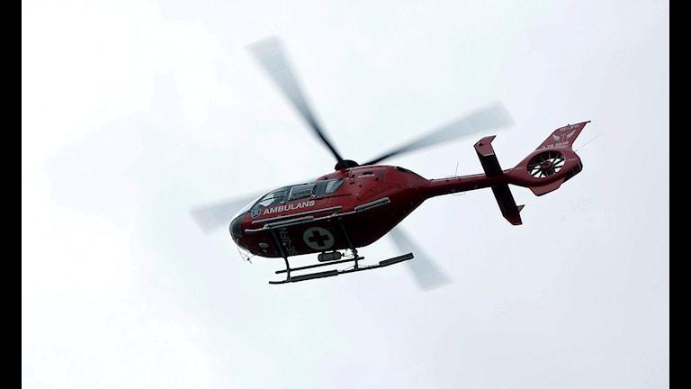 Bilden visar en ambulanshelikopter som flyger.