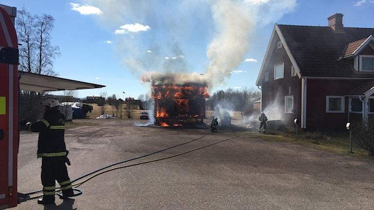 En byggnad brinner för fullt.