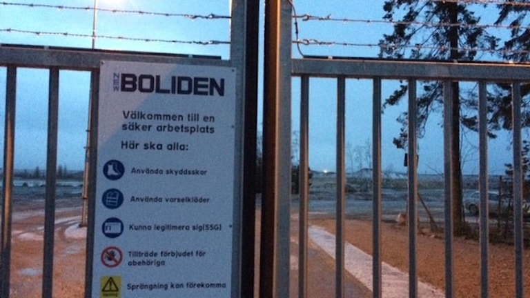 Porten till Bolidens sandmagasin, där man tar hand om avfallet från gruvan i Garpenberg. Foto: Matilda Eriksson Rehnberg, Sverigesradio.