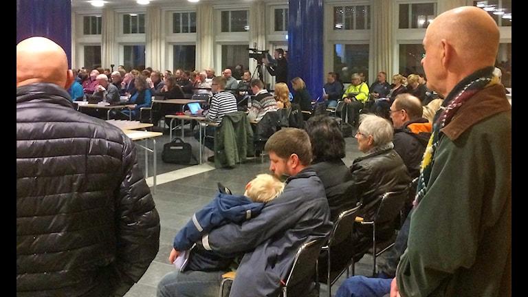 Bilden visar åhörare under kommunfullmäktiges sammanträde i Ludvika.