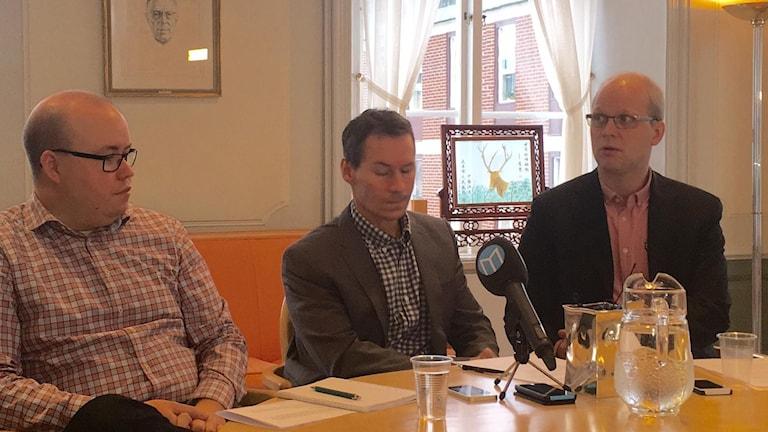 Magnus Nordahl, chef för Barn- och familjeenheten på Socialtjänsten i Falun, Dan Nygren, kommundirektör, och Barn- och utbildningschef Jonathan Block.