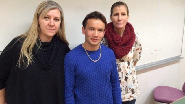 Eleven Zabi Khaliqi och lärarna Sanna Danielsson och Theresia Jones-Kjellin. Foto: Matilda Eriksson Rehnberg, Sverigesradio.