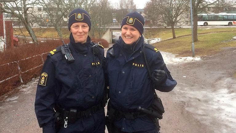 Bilden visar poliserna Anna Ställ Marie Enlund i Borlänge.