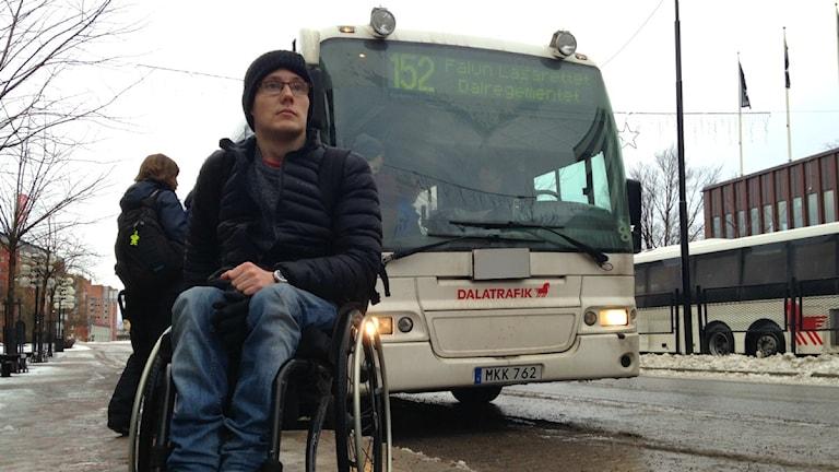 Rullstolsburna Oscar Sjökvist med en Dalatrafiksbuss i bakgrunden.