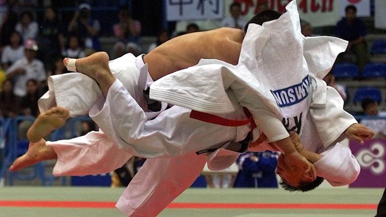 Bilden visar två personer i en judomatch.