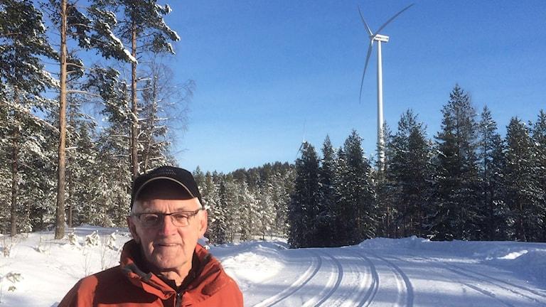 Bengt Lock i Sörskog där fem vindkraftverk står och snurrar.