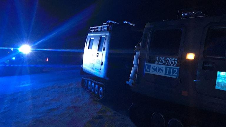 En brandvagn med texten SOS på står vid sidan om en väg.