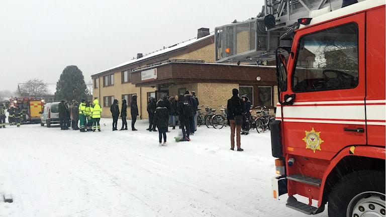Brandbil och räddningstjänst utanför en lägenhetsbrand i Falun.