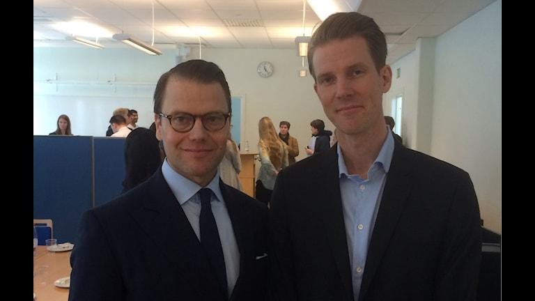 Här står prins Daniel och rektorn vid Soltorgsgymnasiet i Borlänge, Björn Renberg. Prinsen som deltog i seminariedagen om entreprenörsskap som Kungliga Ingenjörsvetenskapsakademien arrangerade på skolan. Foto Stefan Ubbesen