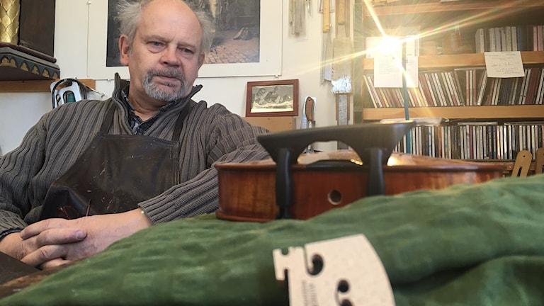 Violinbyggmästare Jan Larsson