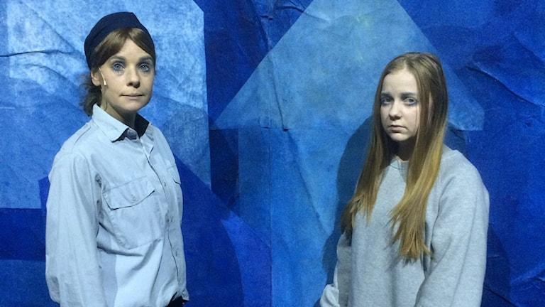 Bild från Dalateatern, en polis och en flicka.