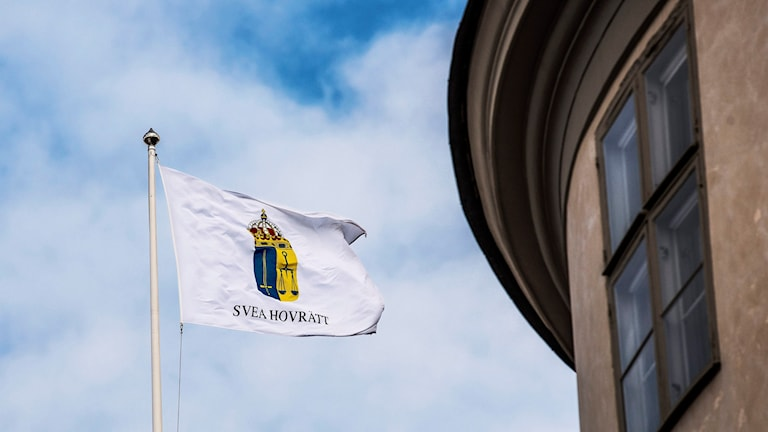 Flagga med Svea hovrätts emblem på.