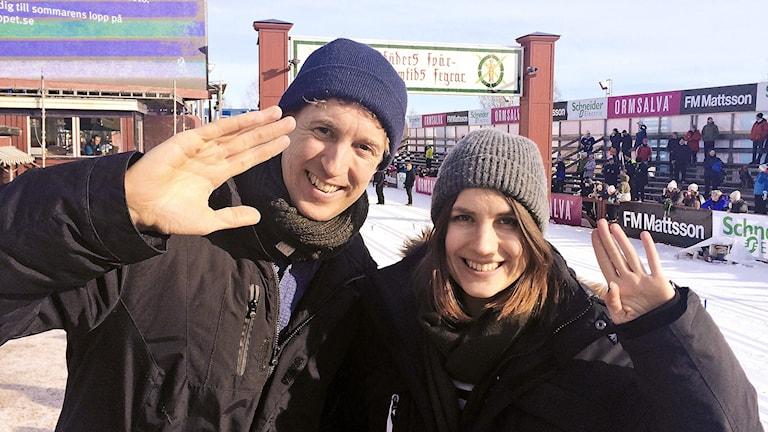 Programledarna Martin Eriksson och Emma Hulander vid Vasaloppsmålet i Mora.