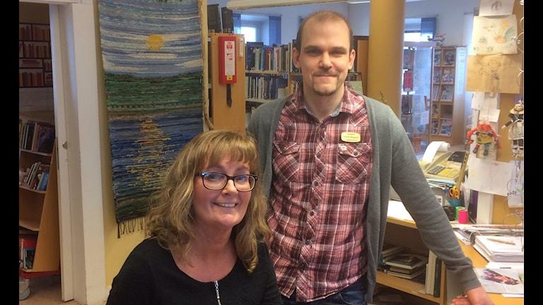 Bibliotekarien Anders Berggren och bibliotekarieassistenten Anna-Karin Karlsson på Grängesbergs bibliotek.