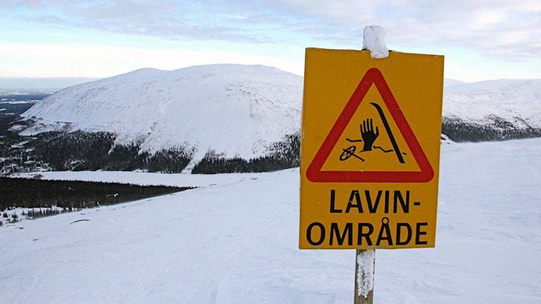 Skylt med varning för laviner