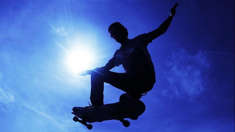 Skateboardåkare i luften underifrån.