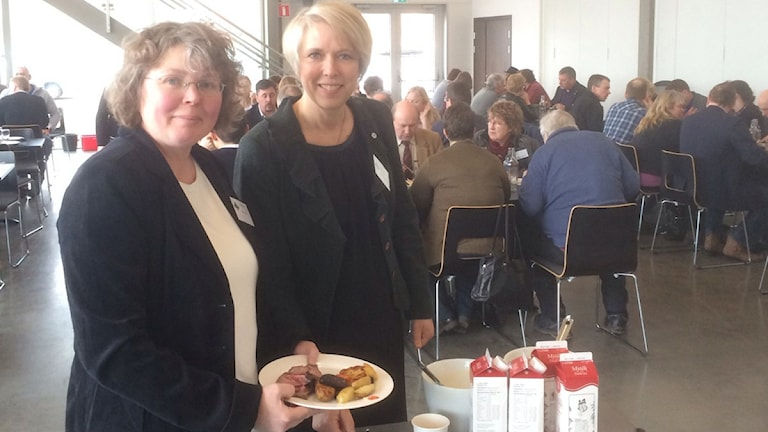 Anna Ozen, lantbrukare från Krylbo, och Helena Jonsson som är riksförbundsordförande för LRF.