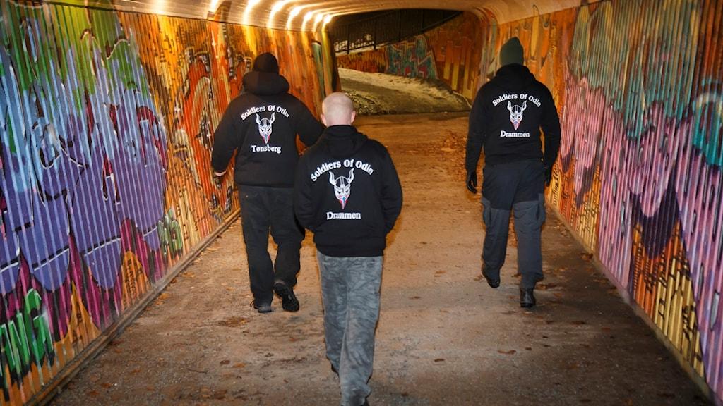 Soldiers of Odin medlemmar går i en gångtunnel