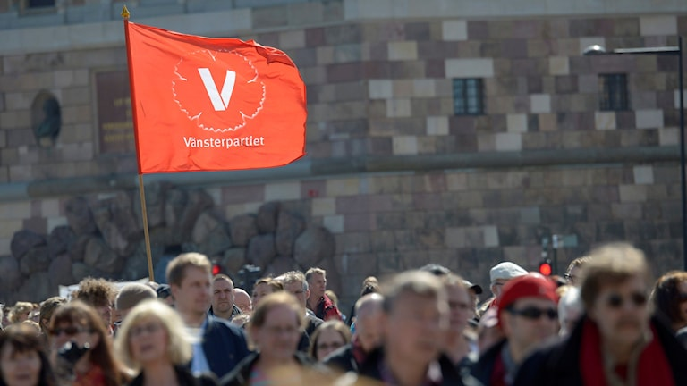 Vänsterpartister demonstrerar på 1 maj i Stockholm.