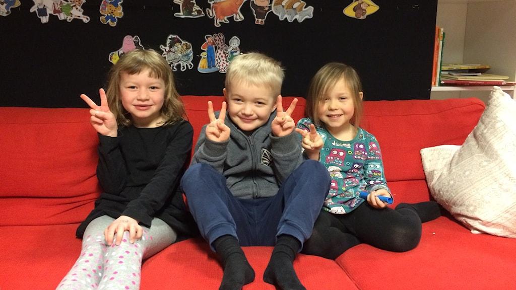 Olivia Weinstock, Sune Danielsson och Ellie Thulemark, tre av Leksands yngsta fans.