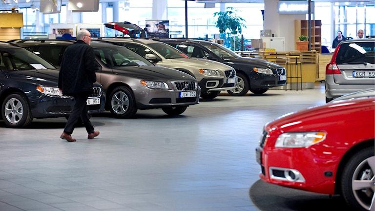 Försäljning av bilar i bilhall.