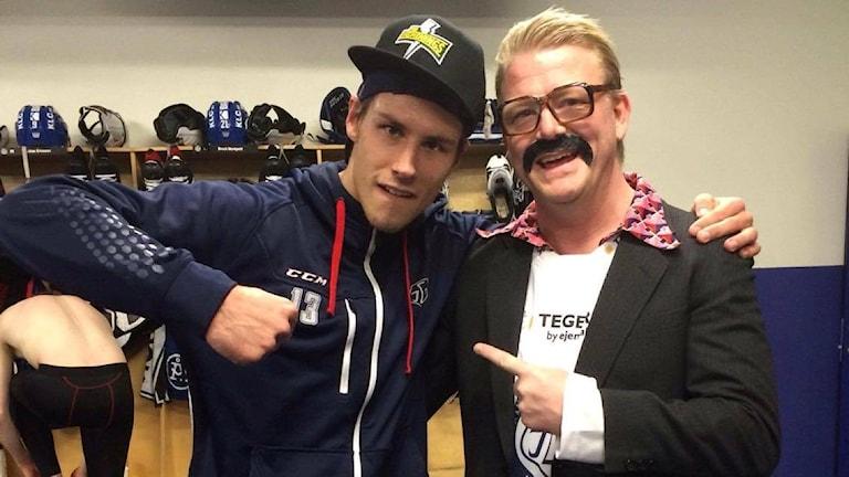 LIF-stjärnan Jon Knuts tillsammans med karaktären Ingmar Andersson från humorgänget Småstadsliv.