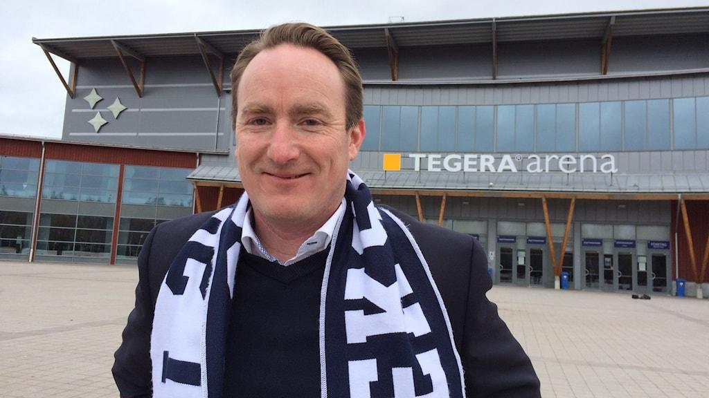 Christer Plaars, vd förLeksands IF framför Tegera Arena.