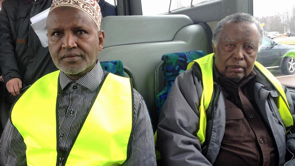 Ordförande och vice ordförande i somaliska pro sitter på bussen där presskonferensen hölls. De har på sig reflexvästar. Foto: Annelie Hüllert-Storm/Sveriges Radio