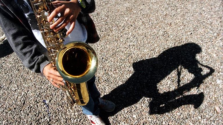 En person som spelar saxofon