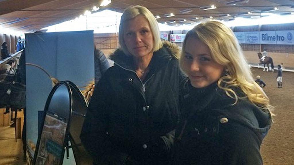 Therese Hillbom  och Emma Ek inne i Svedens/ Falu Ryttarsällskap ridhus där dressyrclinicen pågår.