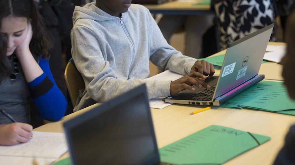 Elever sitter vid datorer