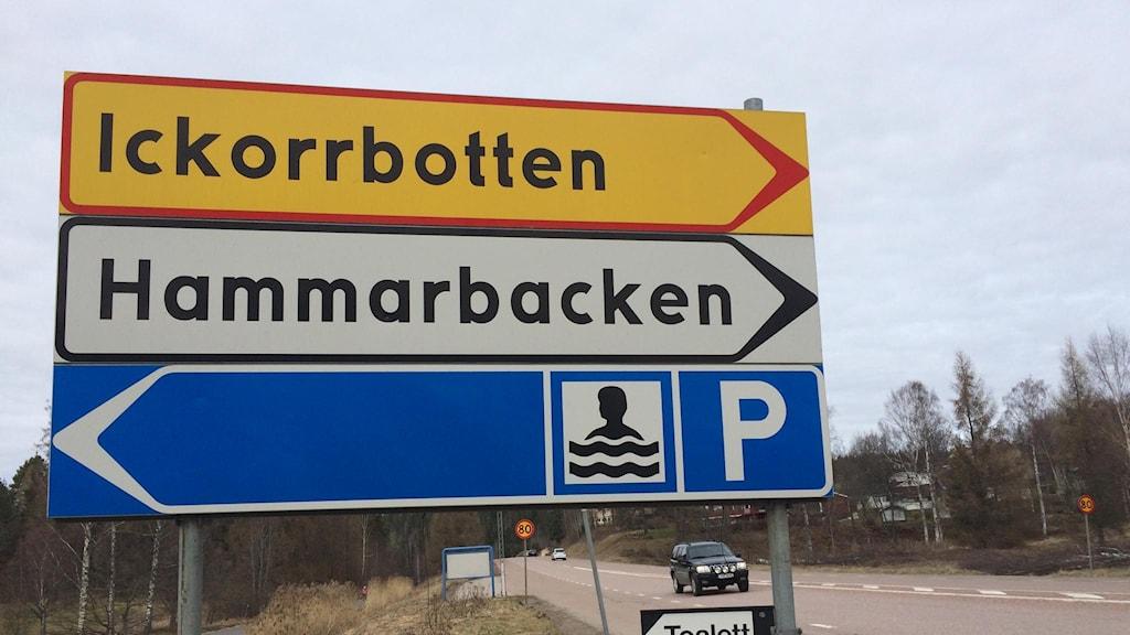 Bilden visar en gul skylt som det står Ickorrbotten på.