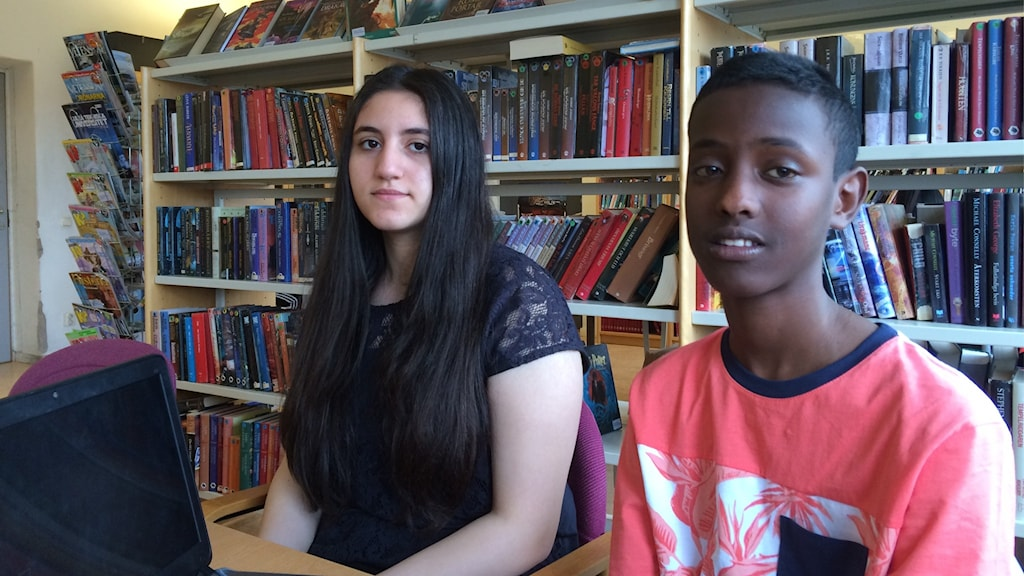 En tjej i långt mörkt hår och en kille i kort mörkt hår