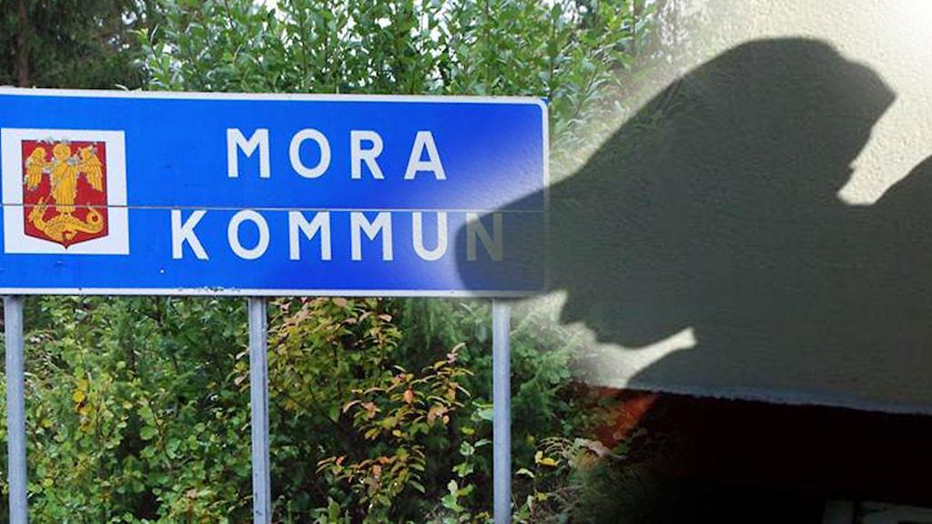 Moras kommunskylt och en anonym pojke
