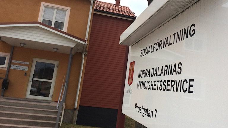 Bilden visar entrén till och en skylt utanför socialförvaltningen i Mora.