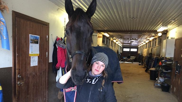 Stjärnhästen On Track Piraten tillsammans med skötaren Maja Bäckman.