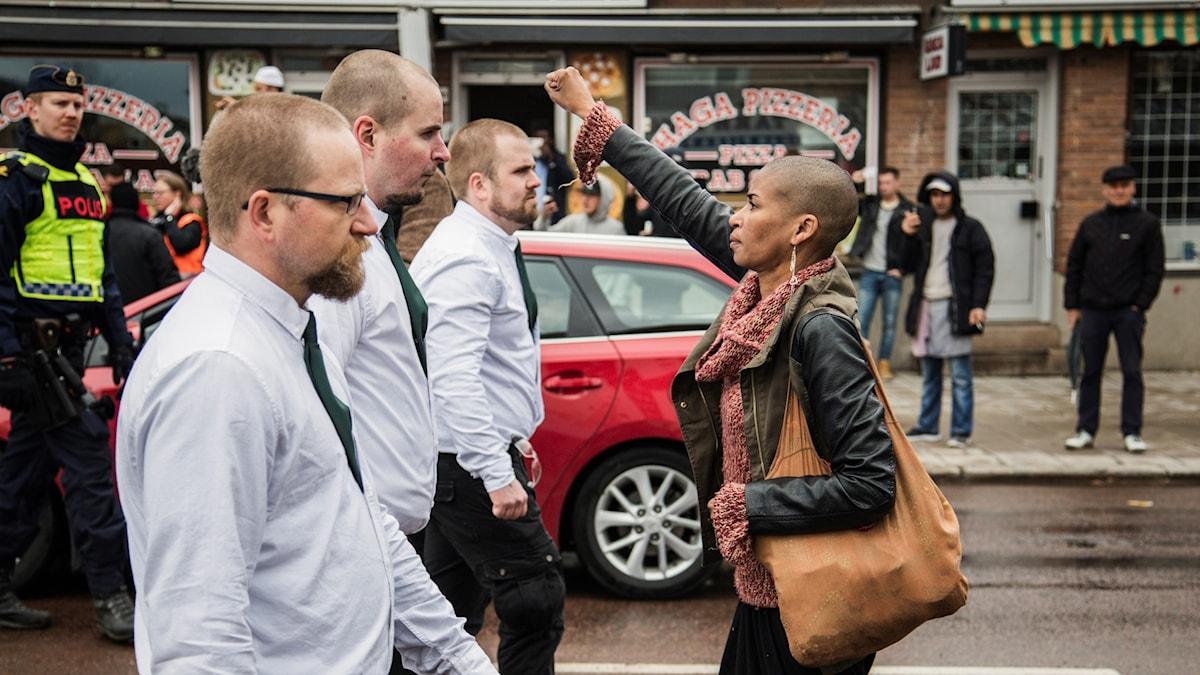 Bilden på kvinnan som gör motstånd mot nazister på första maj sprids som en löpeld på nätet.
