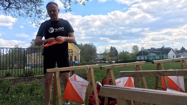 Göran Andersson som är projektledare för World Orienteering Day förbereder kontroller.